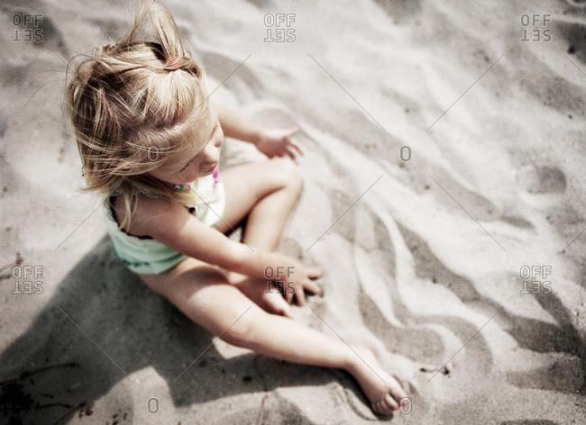 Children sitting in sand - Offset