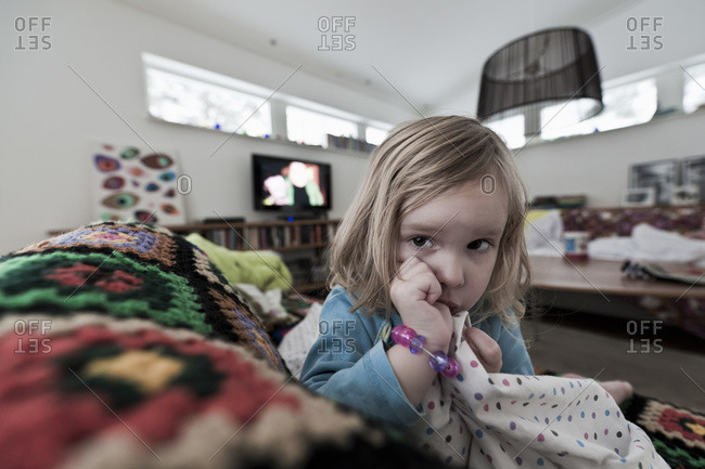 Flicka i soffa