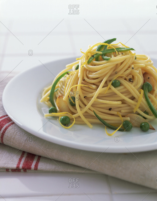 Spaghetti with green bell pepper, peas and lemon zest