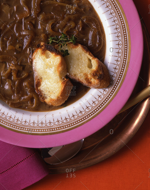 Tasteful onion soup served with crispy toasts