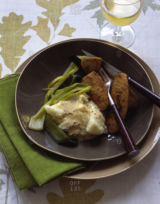 Potato side dish served with stewed leek