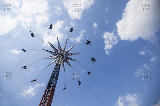 Amusement park swing tower