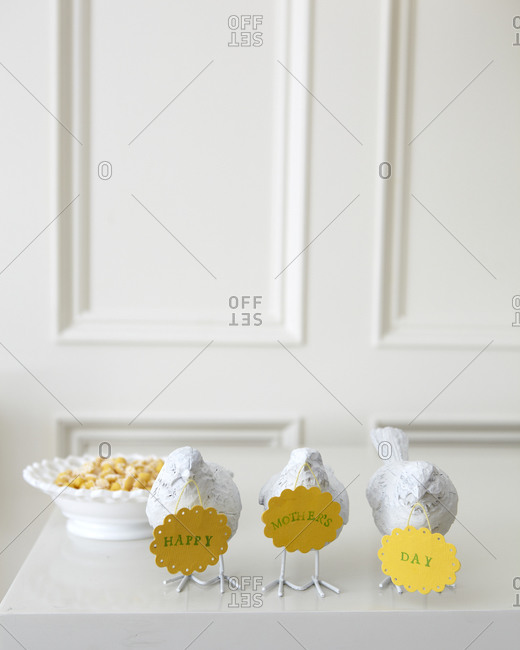White ceramic birds with place cards