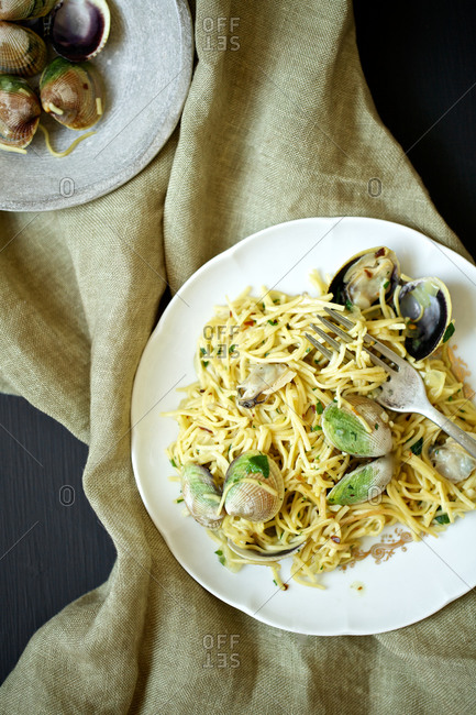 Top view of spaghetti with clams.