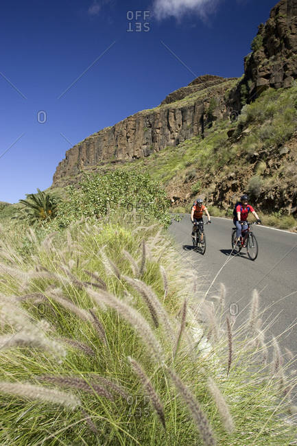 Spain, The Canary islands, Gran Canaria, Couple mountain biking
