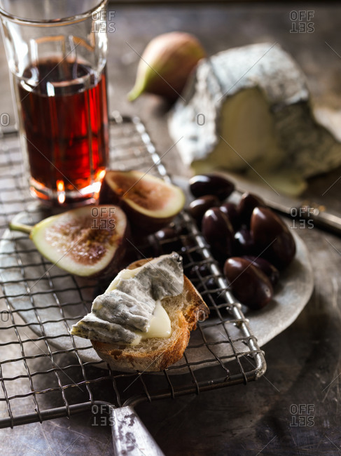 Valencay  Cheese with figs and wine