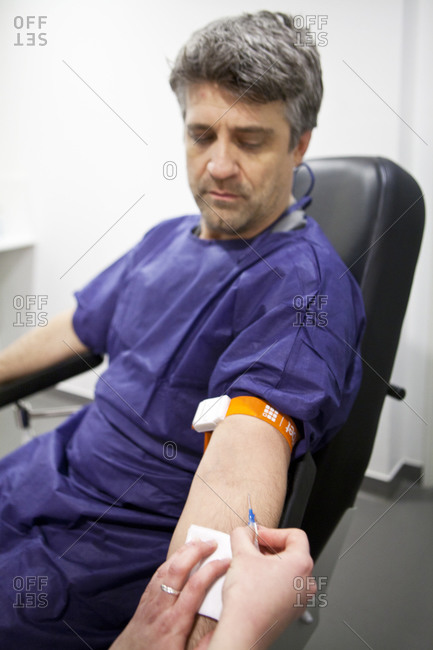 Injecting a contrast agent for an MRI scan
