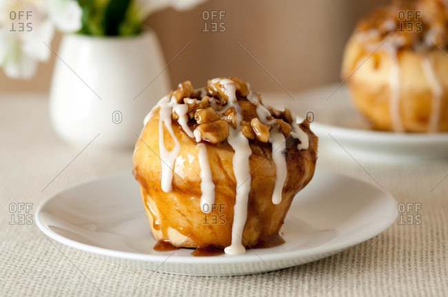 Sticky bun with cream sauce