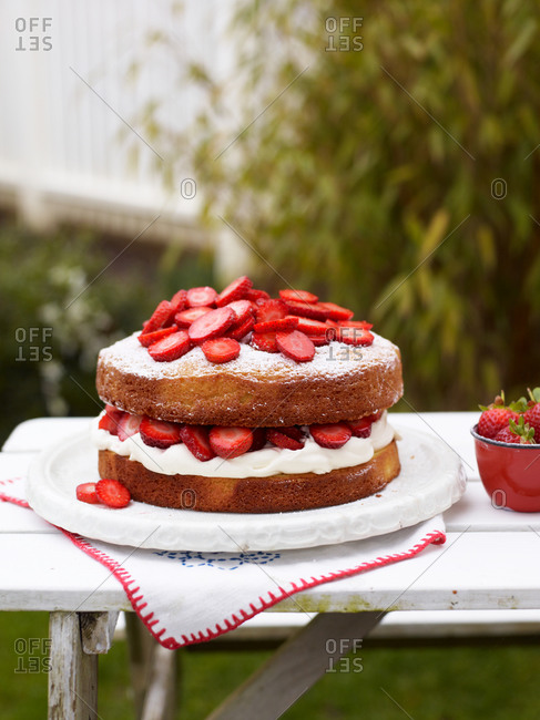 Victoria sandwich cake dusted with icing sugar