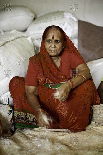Indian woman shredding linen - Offset