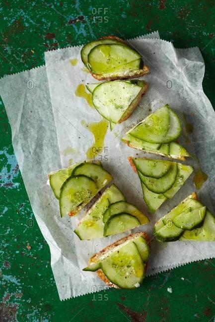 Crispy cucumber sandwich served on parchment