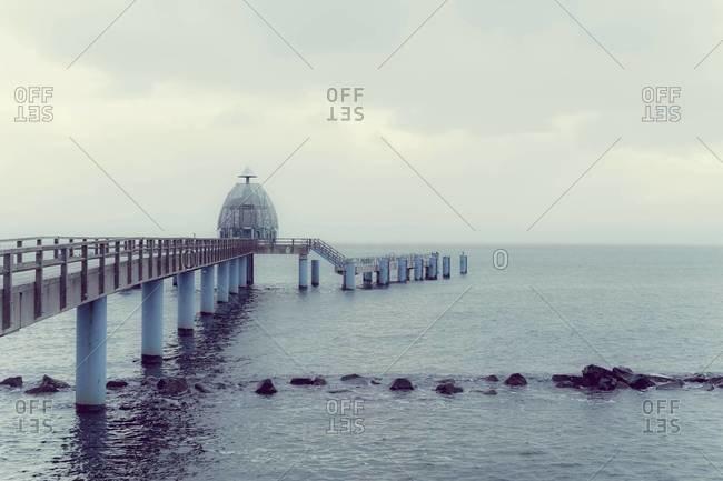 Germany, Mecklenburg-Western Pomerania, Ruegen, Sea bridge in Sellin in winter