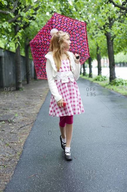 Girl with pink umbrella - Offset