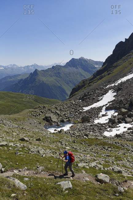 Woman hiking at Grafierjoch, Schmalzberg and Valiserapitze in background