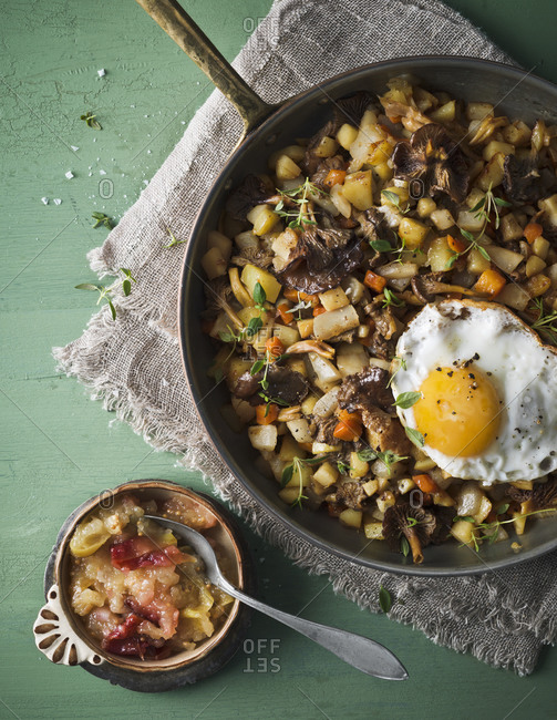 Fried chanterelles with egg