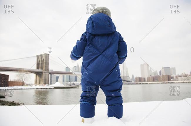 Boy (4-5) looking at Brooklyn Bridge