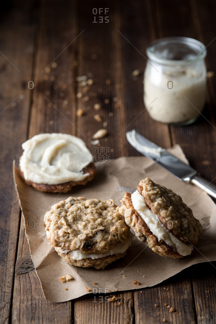 Frosting oatmeal raisin sandwich cookies