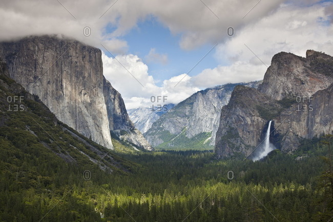Yosemite Valley from Tunnel View viewpoint, with El Capitan, a 3000 feet granite monolith on the left, and the Bridalveil Falls on the right, Yosemite National Park, UNESCO World Heritage Site, Sierra Nevada, California, United States of America, North Am