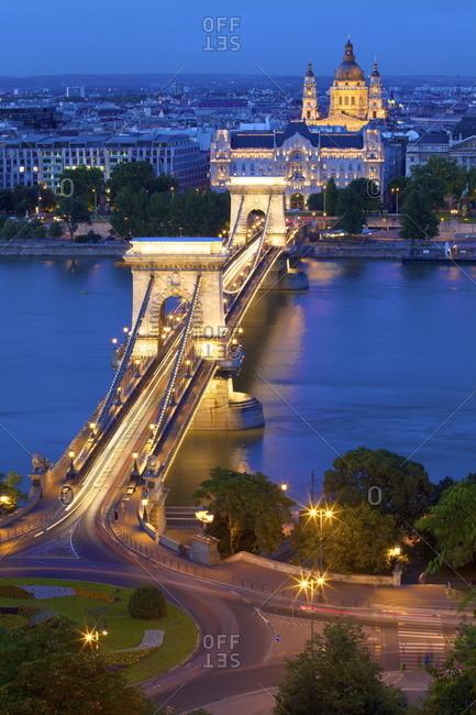 Chain Bridge, Four Seasons Hotel, Gresham Palace and St. Stephen\'s Basilica at dusk, UNESCO World Heritage Site, Budapest, Hungary, Europe
