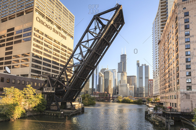 Chicago River and towers of the West Loop area, Willis Tower, formerly the Sears Tower in the background, a raised disused railway bridge in the foreground, Chicago, Illinois, United States of America, North America