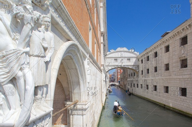 Doge's Palace, Bridge of Sighs and gondola, Piazza San Marco, Venice, UNESCO World Heritage Site, Veneto, Italy, Europe
