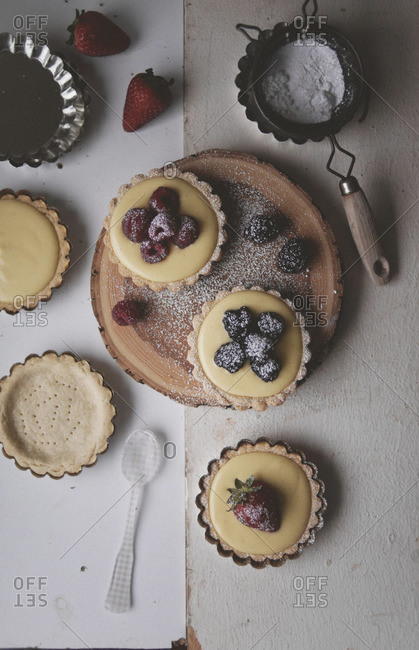 Tart filled with vanilla cream and berries