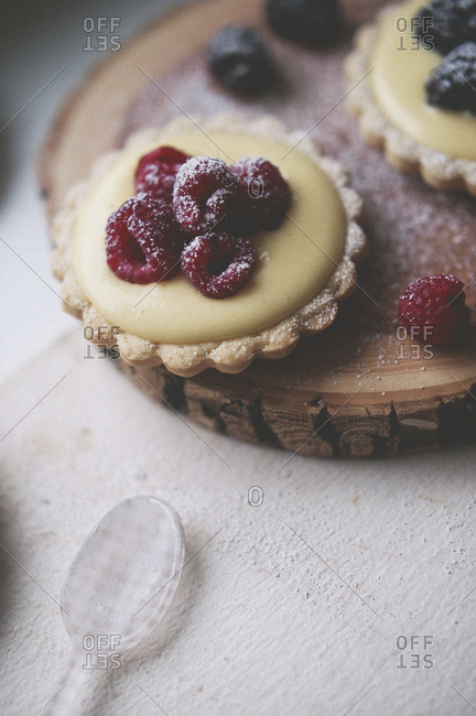 Tart filled with vanilla cream and raspberries