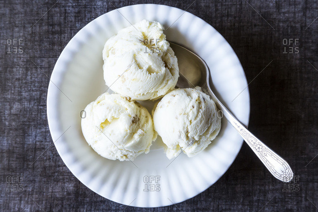 Oatmeal ice cream with toasted walnuts