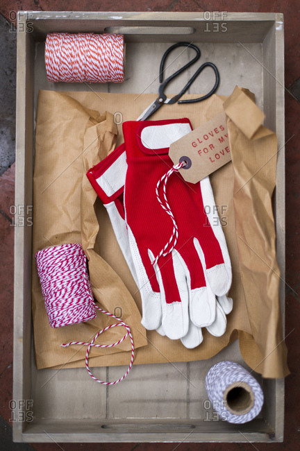 Gloves, scissors and rope in wooden box
