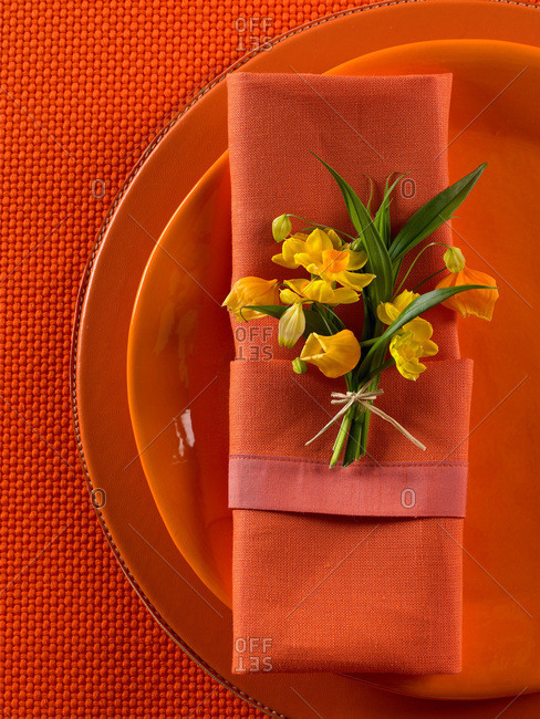 Table setting with blossoming yellow narcissus