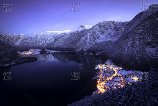Austria, Salzkammergut, Hallstatt and lake with Dachstein mountains at night