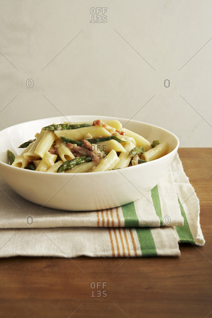 Penne pasta with asparagus and prosciutto