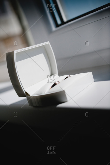 Pair of wedding rings - Offset