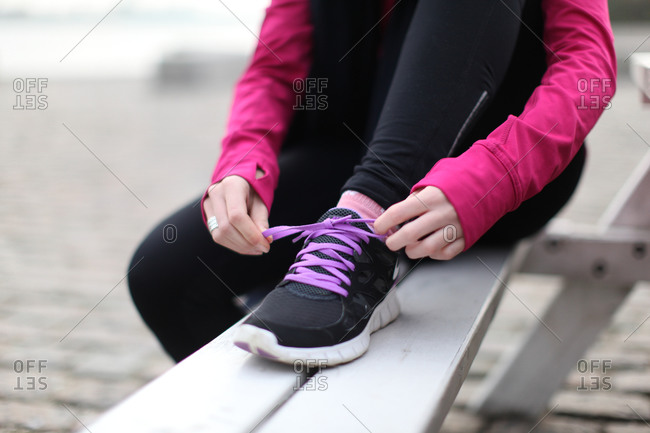 Runner tying laces