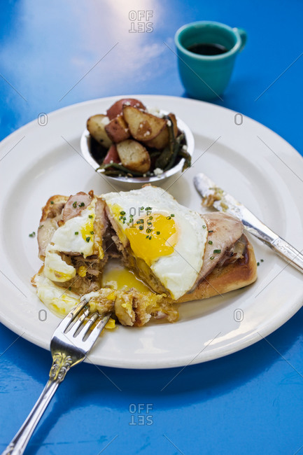 Cubano con huevo on blue table