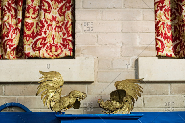 Golden sculptures about two cocks fighting