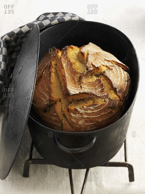 Malt bread in a cast iron pot