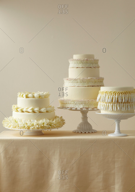 White cakes decorated with Hawaiian garlands
