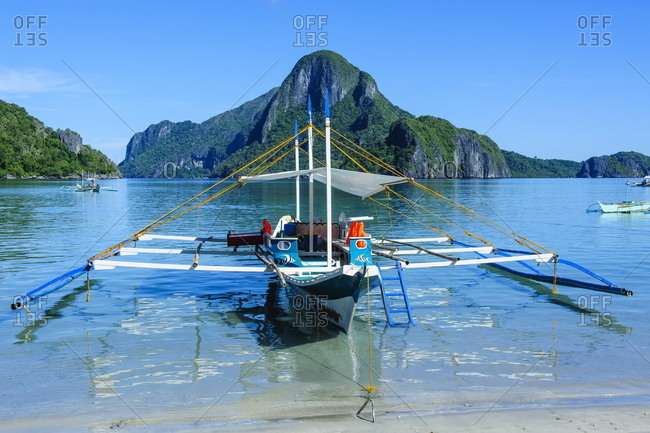 The bay of El Nido with outrigger boats, Bacuit Archipelago, Palawan, Philippines