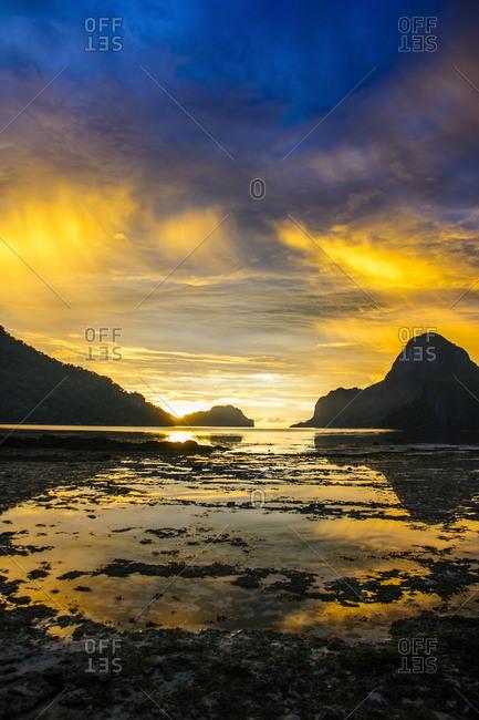Dramatic sunset light over the bay of El Nido, Bacuit Archipelago, Palawan, Philippines