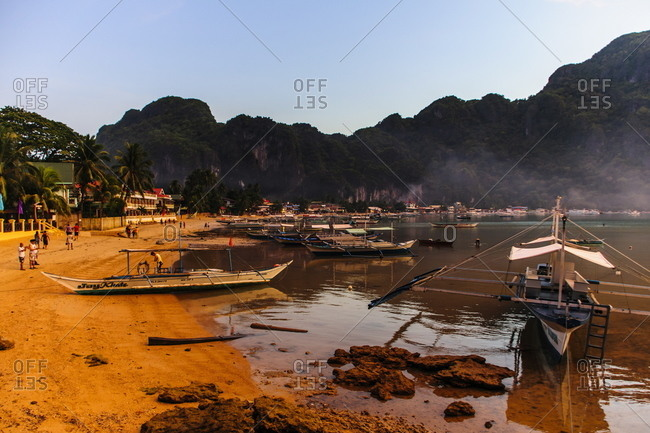 The beach of El Nido at sunset, Bacuit Archipelago, Palawan, Philippines
