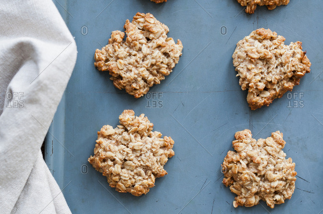 Oat clusters cool on a counter