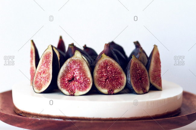 Cheesecake with figs served on a plate