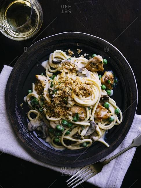 Spaghetti with mushrooms, peas and crunchy breadcrumbs