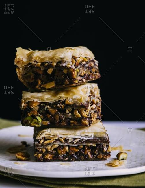 Bars of pistachio with date and phyllo