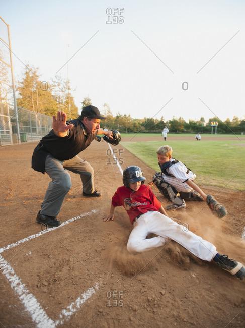 Boys (10-11) playing baseball - Offset