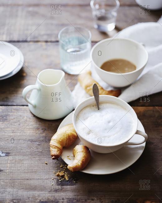 Café con leche with croissant pieces