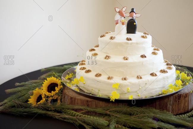 Wedding cake with fox cake toppers