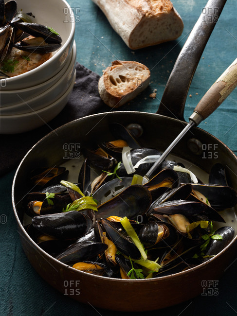 Mussels with green garlic and white wine