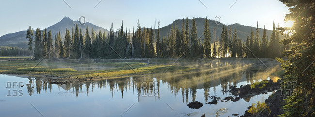 Sunrise at Sparks Lake with Broken top Mountain to the left.